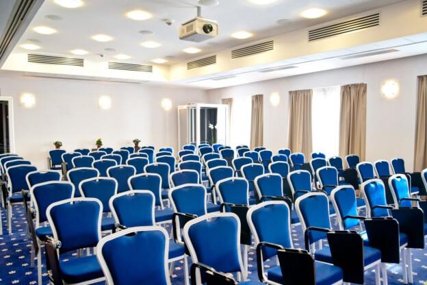 Numarul si designul scaunelor influenteaza succesul conferintelor